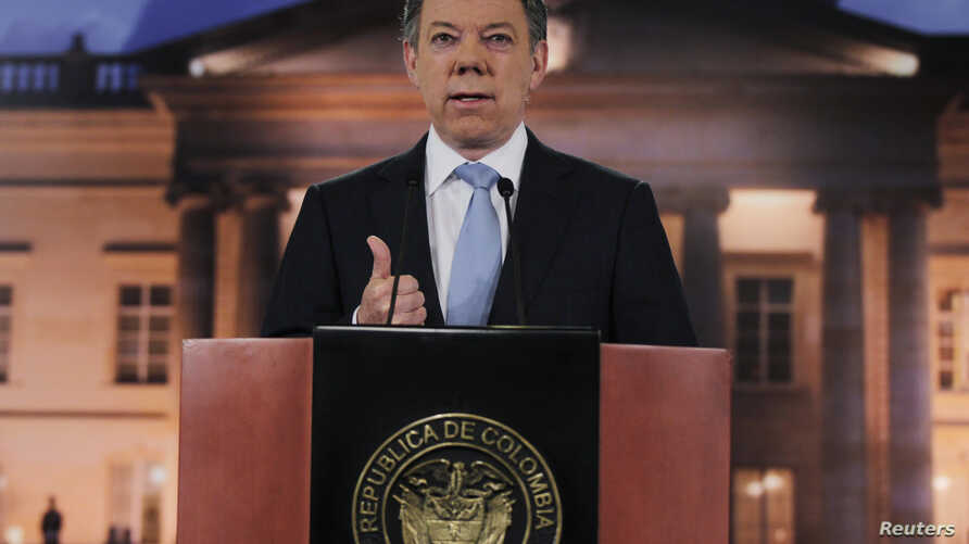 Colombia's President Juan Manuel Santos speaks to the media at the Narino Presidential house in Bogota August, 27, 2012.