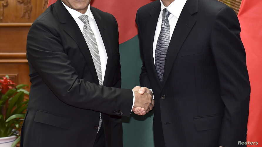 Md. Shahriar Alam, the Honorable State Minister for Ministry of Foreign Affairs of Bangladesh (L), shakes hands with Chinese Foreign Minister Wang Yi (R) during a meeting at the Ministry of Foreign Affairs in Beijing Apr 27, 2016.