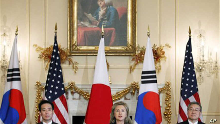 From left; Japanese Foreign Minister Seiji Maehara, Secretary of State Hillary Rodham Clinton and South Korean Foreign Minister Kim Sung-hwan, gather at the start of their trilateral meeting in Washington, Dec. 6, 2010.