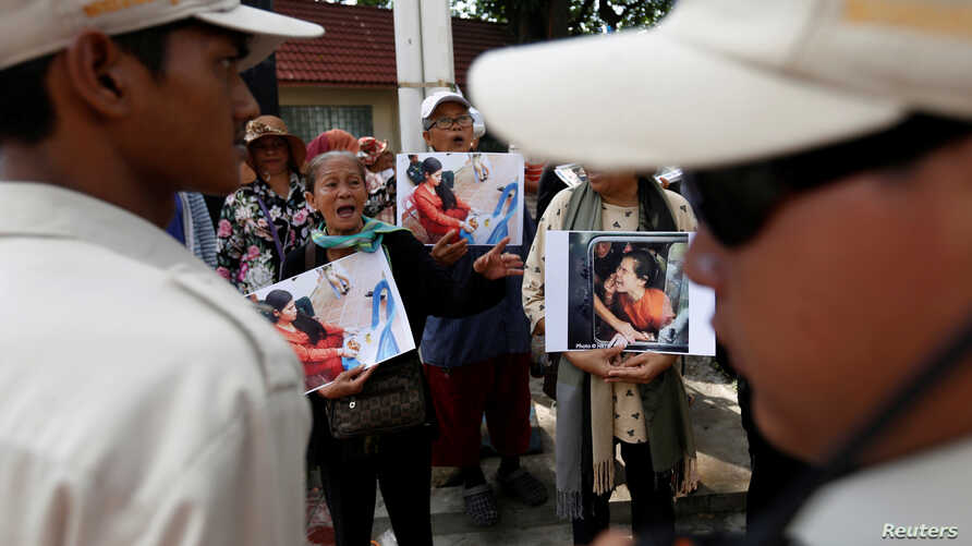 Protesters shout for the release of land activist Tep Vanny during a demonstration in front of the Municipal Court of Phnom Penh, Cambodia, September 19, 2016.