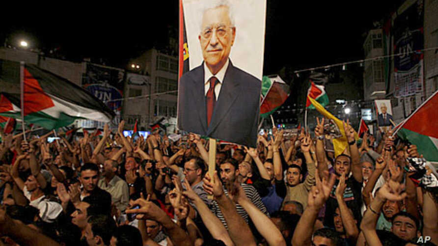 Palestinians gesture during a public screening of Palestinian President Mahmoud Abbas' speech at the United Nations, in the West Bank city of Ramallah September 23, 2011.