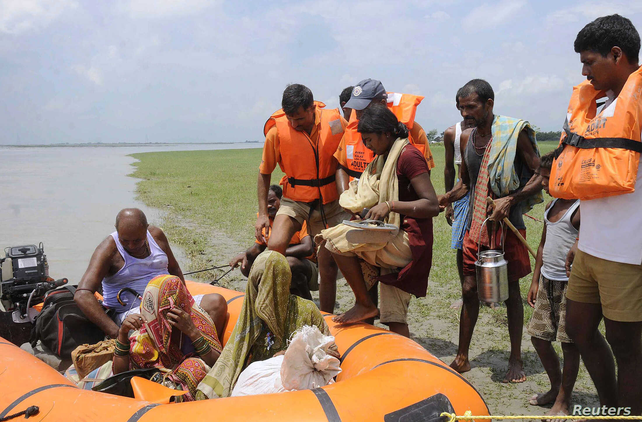 National Disaster Response Force (NDRF) personnel evacuate villagers at Supaul district in the eastern Indian state of Bihar, August 3, 2014.