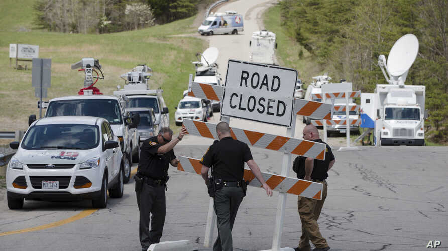 Authorities set up road blocks at the intersection of Union Hill Road and Route 32 at the perimeter of a crime scene in Pike County, Ohio, April 22, 2016.