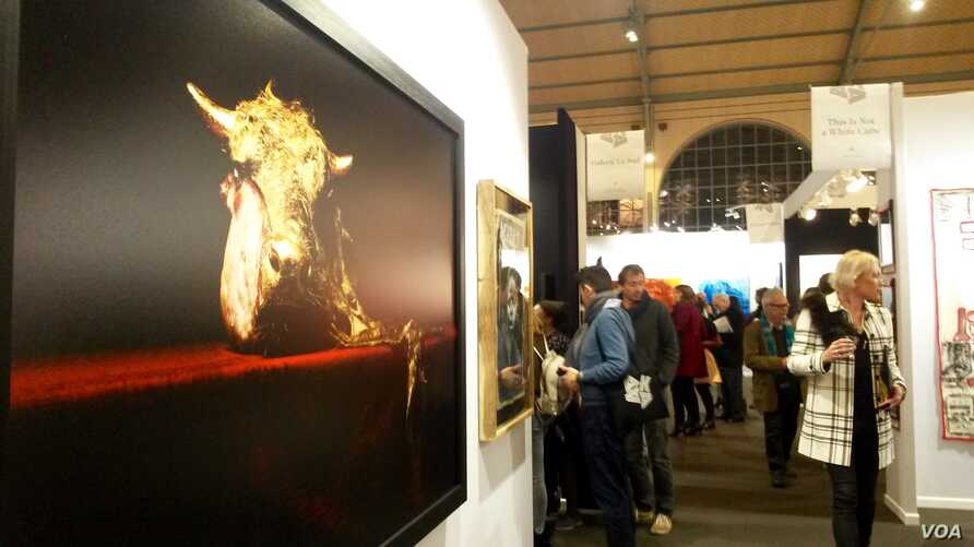 The opening of 'Also Known As African' fair that runs through Sunday in Paris. Some 15,000 people attended last year's inaugural edition, Paris, Nov. 9, 2017. (L. Bryant/VOA)