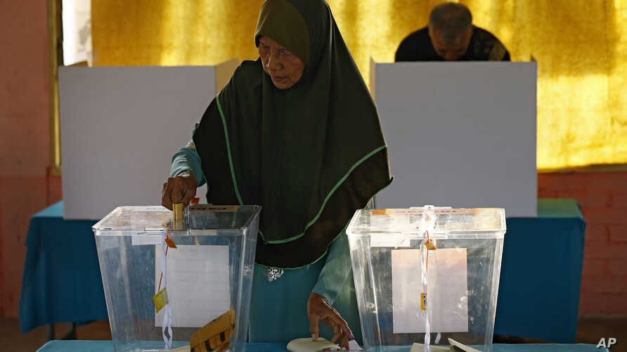 A Malaysian casts her ballot for the general elections at a voting center in Alor Setar, state capital of Kedah, northern Malaysia, May 9, 2018.