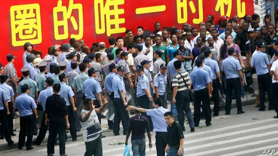 Chinese police face off with a group of Africans blocking the entrance to the police station in Guangzhou, in southern China's Guangdong province, July 15, 2009.