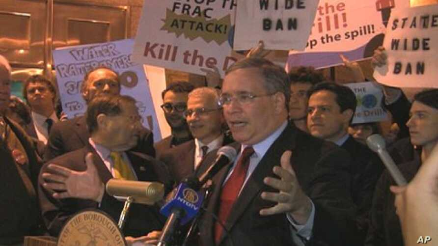 Manhattan borough president Scott Stringer speaking at an anti-gas-drilling rally in New York