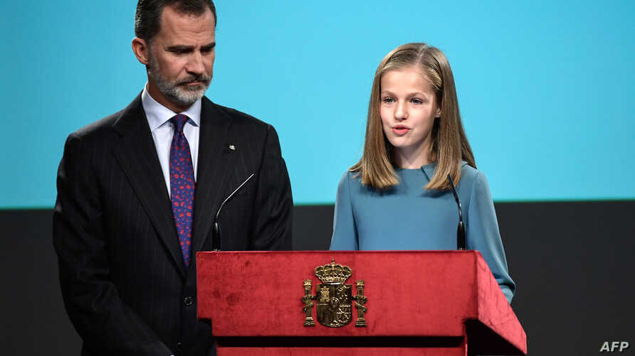 Spanish heiress of the throne, princess Leonor (R), reads the Spanish Constitution under the eyes of her father king Felipe VI, during a ceremony marking 40 years of its approval by the parliament, at the Cervantes Institute in Madrid, Oct. 31, 2018.