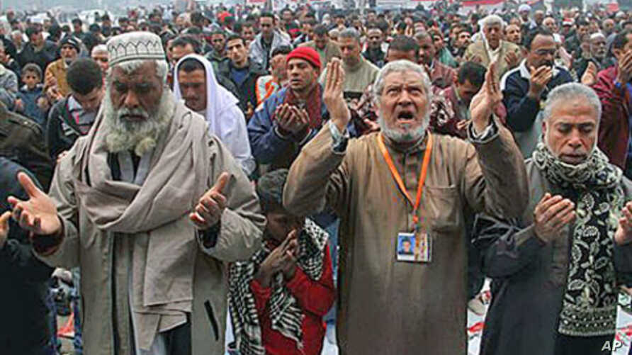 Egyptians pray during a demonstration in Tahrir Square in Cairo, Egypt, December 30, 2011.