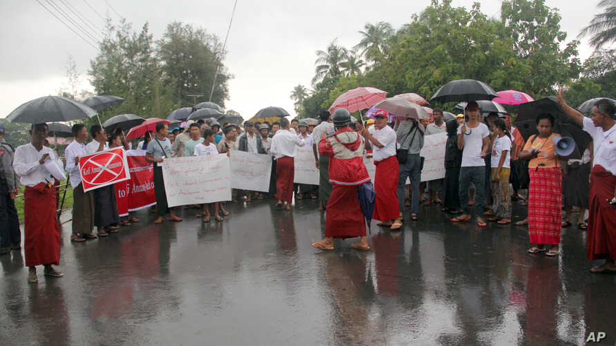 Hundreds of demonstrators hold banners and shout slogans in protest against the arrival of former United Nations secretary-general Kofi Annan, outside of the airport in Sittwe, Rakhine State, Myanmar, Sept. 6, 2016. Annan is chairing a panel that is