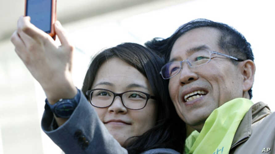 Lawyer-turned-activist Park Won-soon, the victor for the race of Mayor of Seoul Mayor, pictured during his election campaign in Seoul, October 25, 2011.