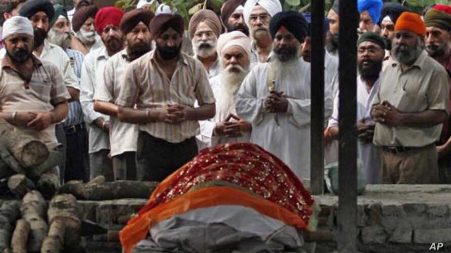 Relatives offer prayers in front of the body of Inder Singh, who was killed during a High Court bombing, in New Delhi, India, September 8, 2011.