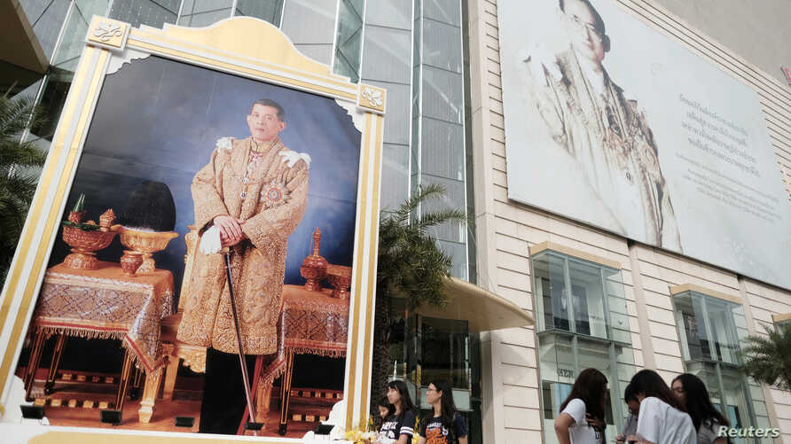 Portraits of Thailand's King Maha Vajiralongkorn Bodindradebayavarangkun and the late King Bhumibol Adulyadej are displayed at a department store in central Bangkok, Thailand, Jan. 17, 2017.