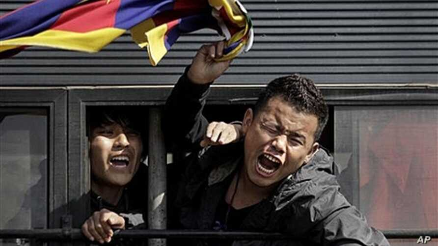Tibetan exiles shout slogans from police vehicle after being detained outside Chinese Embassy in New Delhi, India, Feb. 16, 2012.