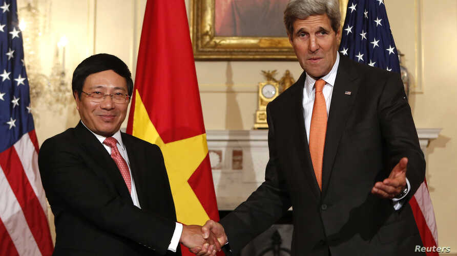 U.S. Secretary of State John Kerry (R) shakes hands with Vietnamese Deputy Prime Minister and Foreign Minister Pham Binh Minh before a working lunch at the State Department in Washington, October 2, 2014.