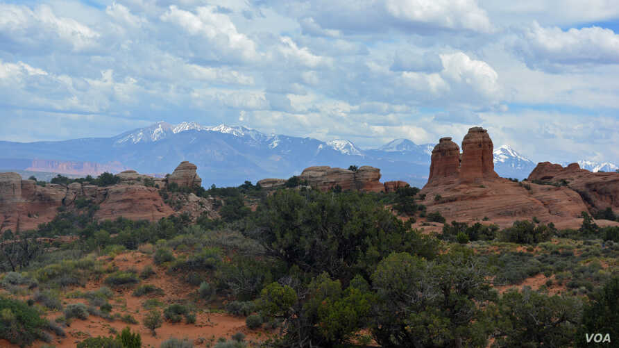 Visitors to Arches National Park in southern Utah can witness an awe-inspiring landscape dotted with more than 2,000 natural stone arches, and hundreds of soaring pinnacles, massive fins and giant balanced rocks.