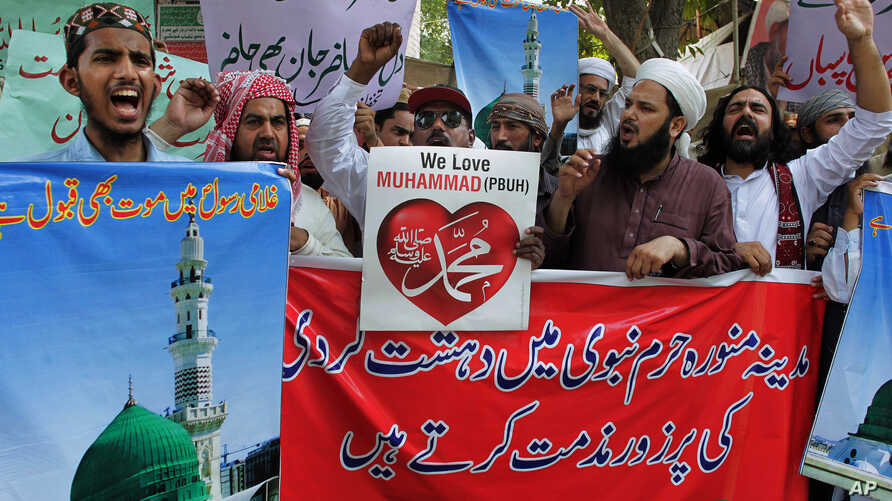 Supporters of a Pakistani religious group chant slogans condemning a suicide bombing in Medina, Saudi Arabia, during a demonstration in Lahore, Pakistan, July 5, 2016.