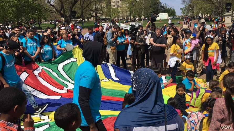 Hundreds of people gathered in front of the White House to demonstrate in favor the immigrant community, April 13, 2017. (A. Barros/VOA)