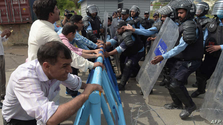 Pakistani police try to stop journalists during a rally to mark World Press Freedom Day in Islamabad on May 3, 2018.