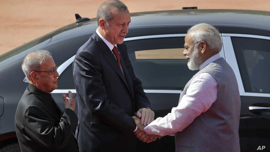 Indian Prime Minister Narendra Modi, right, shakes hands with Turkish President Recep Tayyip Erdogan as Indian President Pranab Mukherjee, left, watches at the Indian presidential palace in New Delhi, May 1, 2017.