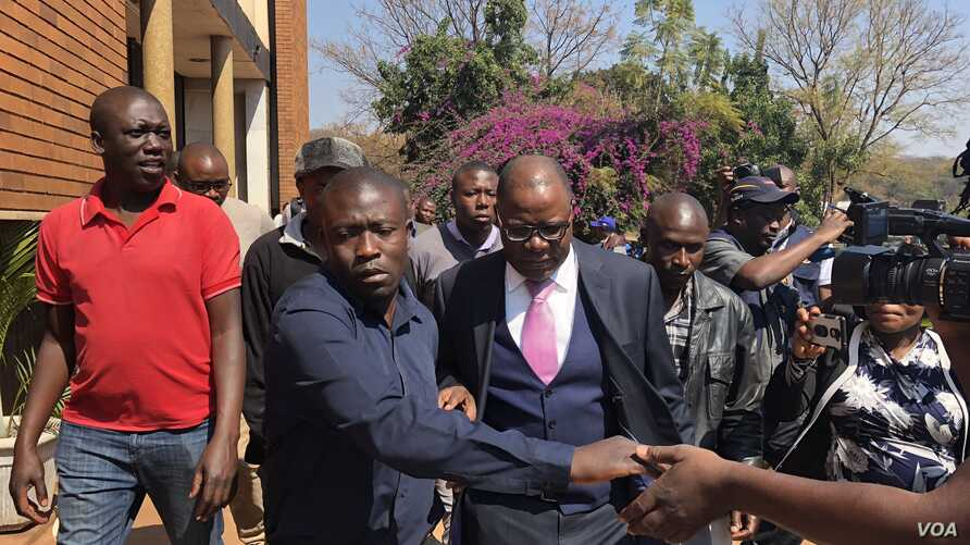 Opposition leader Tendai Biti who early this week fled to Zambia seeking asylum, arrives at the Harare Magistrates Court, Aug 10, 2018, to challenge his deportation from Zambia and his subsequent arrest. (C. Mavhunga for VOA)