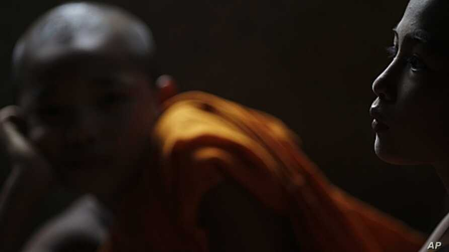 Burma's ethnic Karen novice monks attend class in Mae La refugee camp near Mae Sot, Thailand, Oct. 2010 (file photo).
