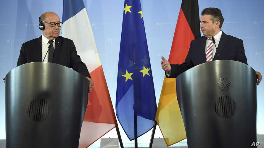 German Foreign Minister Sigmar Gabriel, right, and his French counterpart Jean-Yves Le Drian, attend a press conference in Berlin, May 22, 2017.