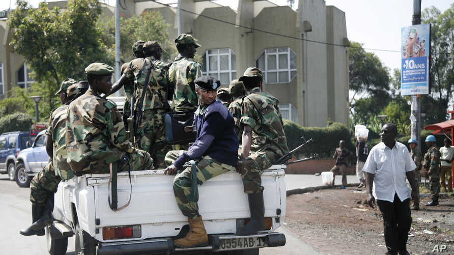 M23 rebels patrol around Congo's Central Bank in Goma, eastern Congo, November 26, 2012.