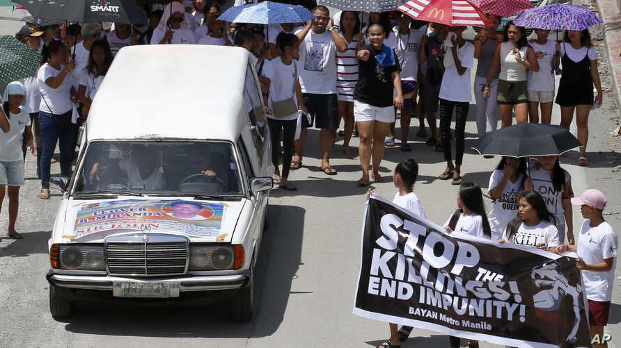 Relatives and supporters follow the hearse of Leover Miranda during his funeral, Aug. 20, 2017 in Manila, Philippines.