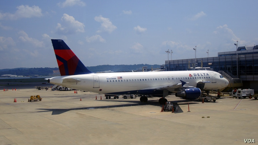 FILE - A Delta Airlines passengers plane just arrived at the Ronald Reagan-Washington National airport, just outside Washington, DC. (VOA/Diaa Bekheet)