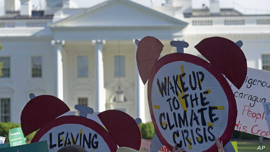 Protesters gather outside the White House in Washington, June 1, 2017, to protest President Donald Trump's decision to withdraw the Unites States from the Paris climate change accord.