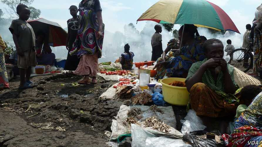 Displaced people from the town of Sake gather at the Mugunga camp on the road to Goma, DRC, November 23, 2012. (G. Joselow.VOA)