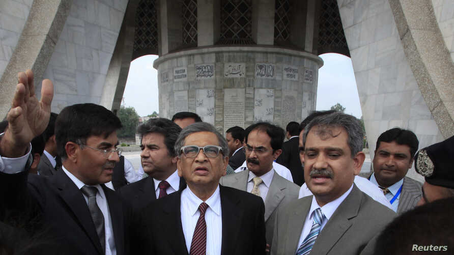 Indian Foreign Minister S.M. Krishna (C) is briefed by Pakistani officials during his visit to the Minar-e-Pakistan in Lahore, Pakistan, September 9, 2012.
