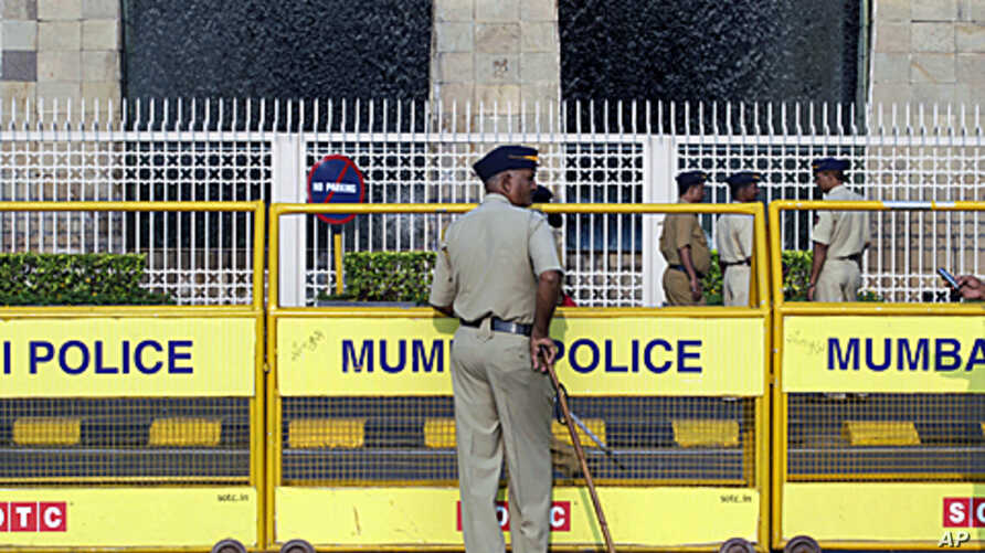Policemen stand guard outside the Taj Mahal hotel in Mumbai. Multiple sites in the Indian city of Mumbai were attacked with bombs and gunfire in a coordinated terror attack that began on November 26, 2008, ( File)