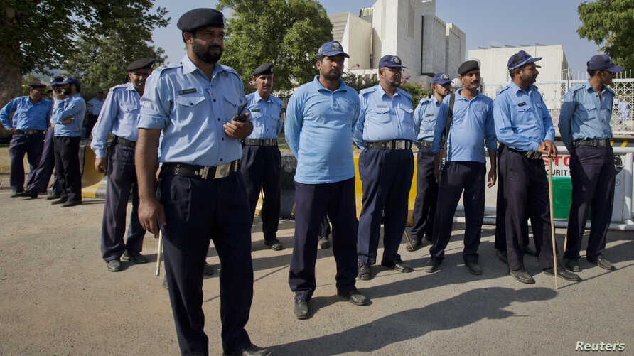 Policemen keep guard outside the Supreme Court of Pakistan building in Islamabad June 19, 2012. Pakistan's increasingly assertive Supreme Court on Tuesday declared Prime Minister Yusuf Raza Gilani ineligible for office