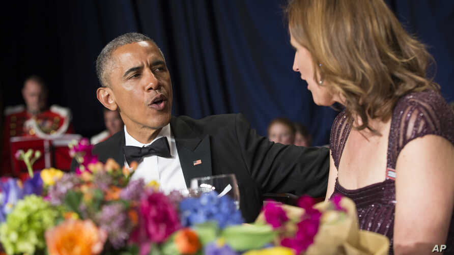 President Barack Obama chats with Christi Parsons, president of the White House Correspondents' Association, at the association's annual dinner, held this year at the Washington Hilton, April 25, 2015.