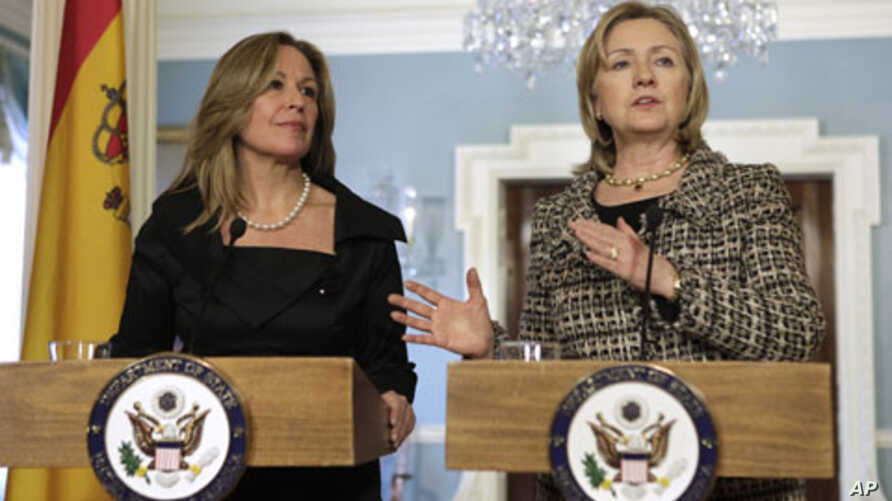 US Secretary of State Hillary Clinton (R) speaks to the media next to Spain's Foreign Minister, Trinidad Jimenez, after their meeting at the State Department in Washington, 25 Jan 2011