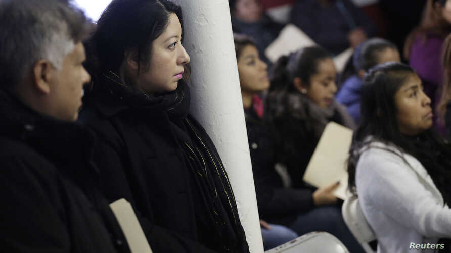 Migrants attend a workshop for legal advice held by the Familia Latina Unida and Centro Sin Fronteras at Lincoln United Methodist Church in south Chicago, Illinois, Jan. 10, 2016.