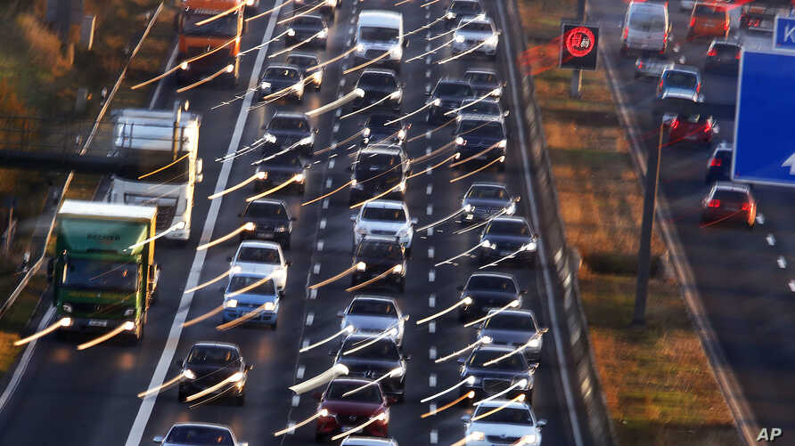 Cars and trucks queue on the highway A5 in Frankfurt, Germany, Nov. 6, 2017. Some in the EU propose cutting emissions of carbon dioxide from cars by 30 percent by 2030 but others say the plan is too ambitious to be economically sustainable.