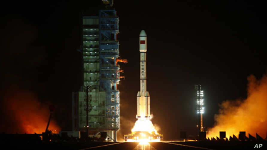 The Long March II-F rocket loaded with China's unmanned space module Tiangong-1 lifts off from the launch pad in the Jiuquan Satellite Launch Center, Gansu province, September 29, 2011.
