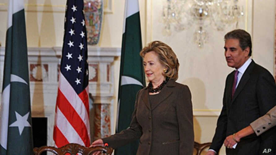 US Secretary of State Hillary Clinton (L) and Pakistani Foreign Minister Mahmood Qureshi arrive to start the US-Pakistan Dialogue Plenary Session at the State Department in Washington, 22 Oct. 2010