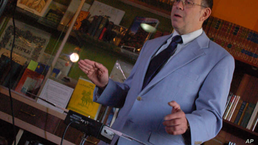 Arthur Harrison demonstrates the theremin.  His design, unlike the original, uses flat plates instead of the more conventional antennas.