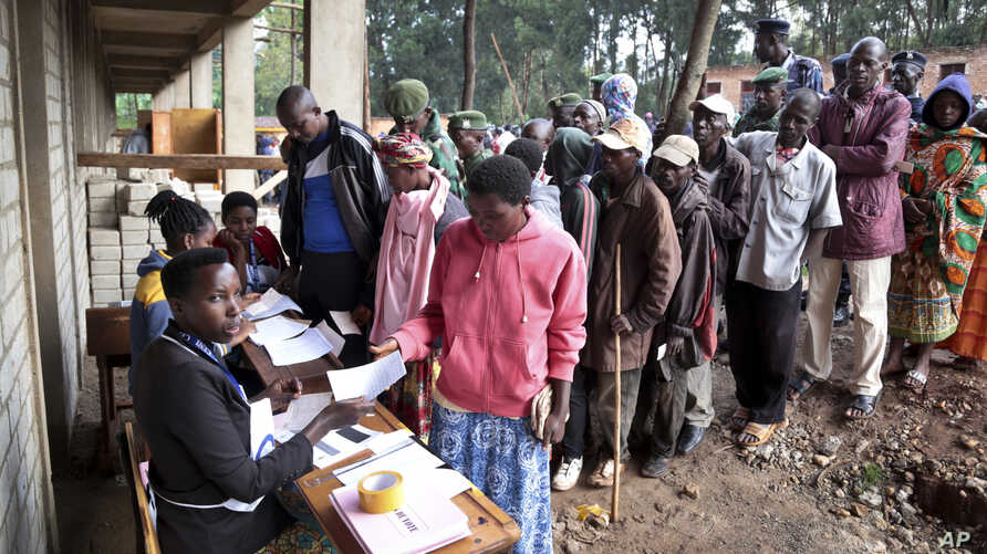 Burundians queue to cast their votes in the constitutional referendum in Buye, north of Ngozi, in northern Burundi, May 17, 2018.