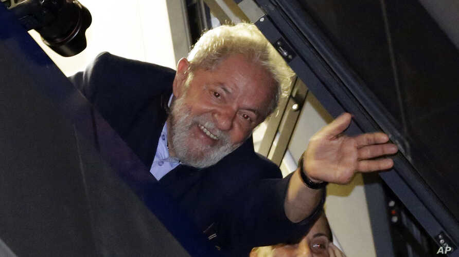 Brazil's former President Luiz Inacio Lula da Silva waves to supporters in front of the metal workers union headquarters in Sao Bernardo do Campo, Brazil, April 5, 2018. Da Silva had been given until Friday afternoon to turn himself in to police in C
