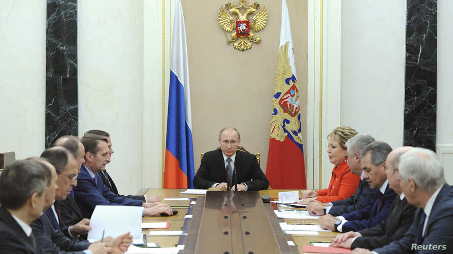 Russian President Vladimir Putin (C) chairs a meeting with members of the Security Council at the Kremlin in Moscow, Mar. 6, 2015..