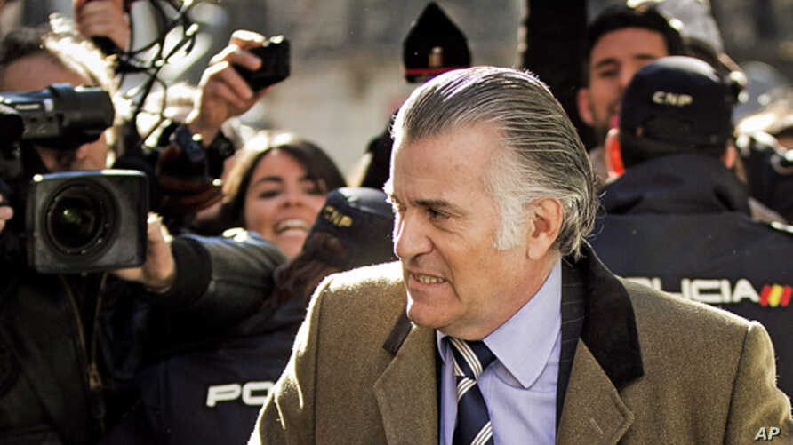 Former Popular Party's treasurer, Luis Barcenas, arrives to the anti-corruption prosecuting office in Madrid, Feb. 6, 2013.