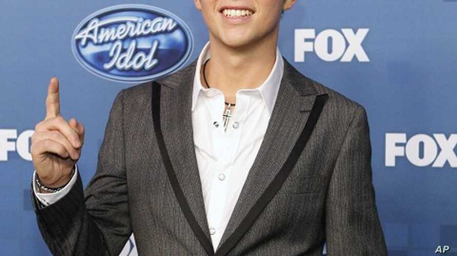 "Scotty McCreery, winner of the 10th season of ""American Idol"", poses backstage in Los Angeles May 25, 2011."