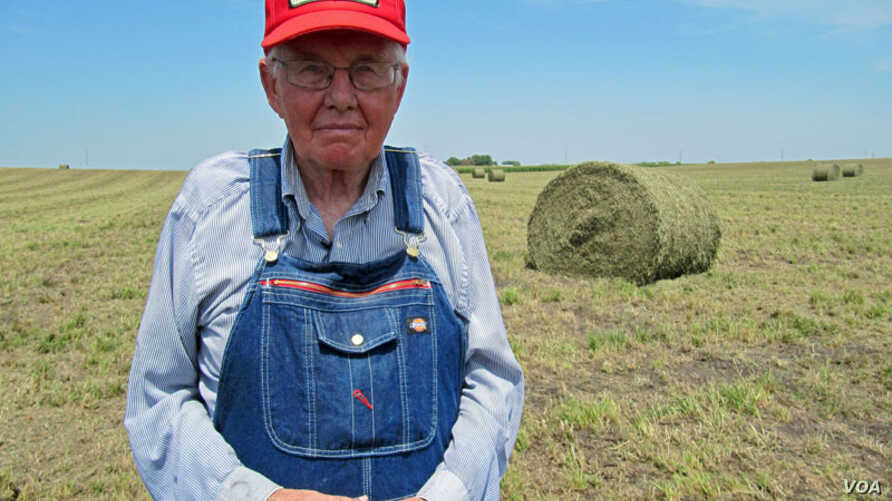Iowa farmer Dick Thompson uses diversity to survive droughts and other natural disasters. (VOA/S. Baragona)