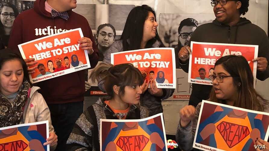 Youths in support of a clean DREAM Act confer at Dream Act Central, a tent space on Washington's National Mall, Dec. 13, 2017. (A. Barros/VOA)