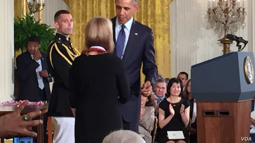 President Obama Awards National Medal of Science to Dr. Geraldine Richmond (A. Pande/VOA)